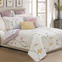 Give your bed a perfect, decorative look with this fresh and stylish 3 Piece Quilt Set.