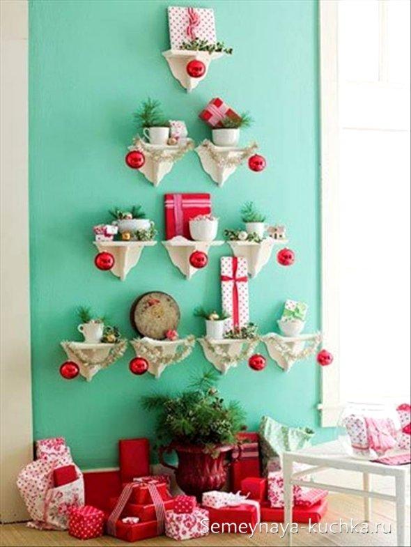 Árbol de Navidad en la cocina en la pared.