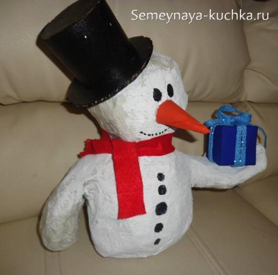 Người tuyết từ tờ báo rất đẹp với bàn tay của chính họ