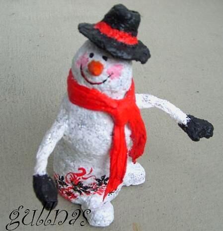 снеговик и газеты и папье маше