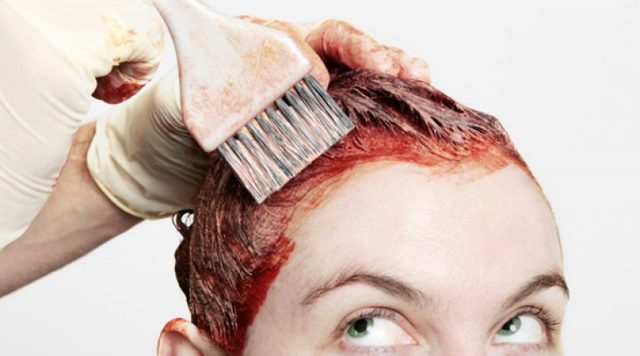 Bagaimana untuk membasuh cat rambut dari kulit: bagaimana untuk menjatuhkan atau mencuci selepas pencelupan, padam dari muka dan badan, keluarkan anthocyanin dengan tangan, bagaimana untuk mengeluarkan