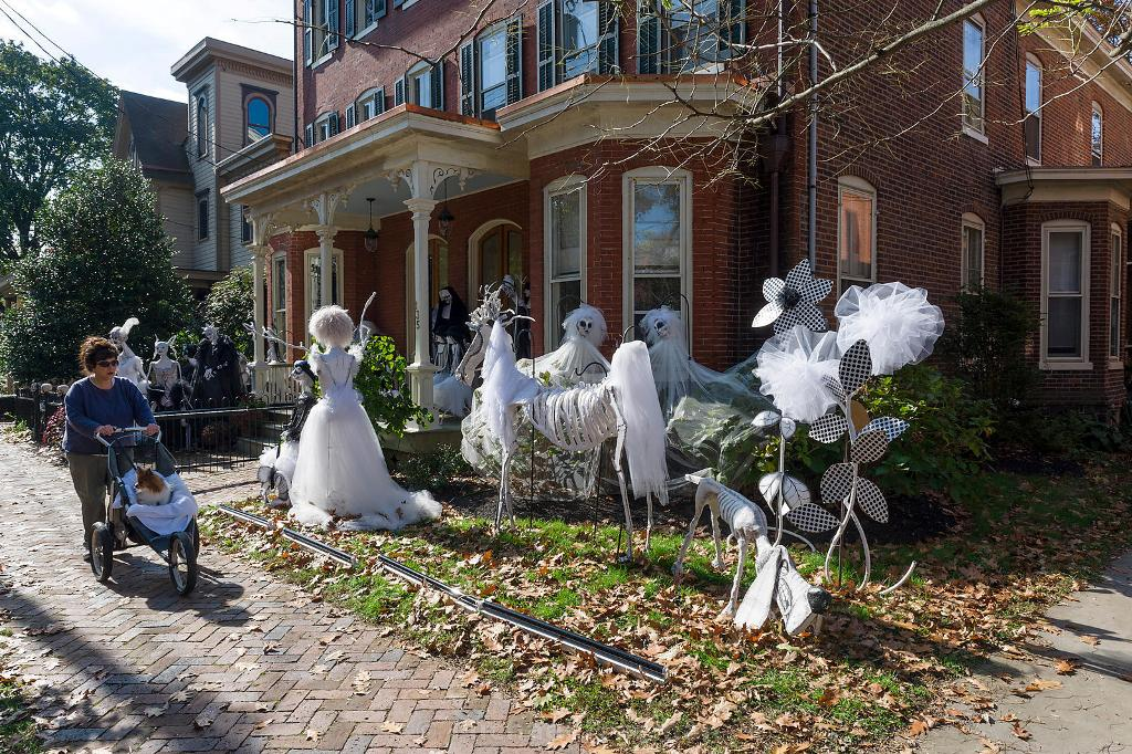 Best 40 Funny Scary Halloween Ghost Decorations Ideas This Month
