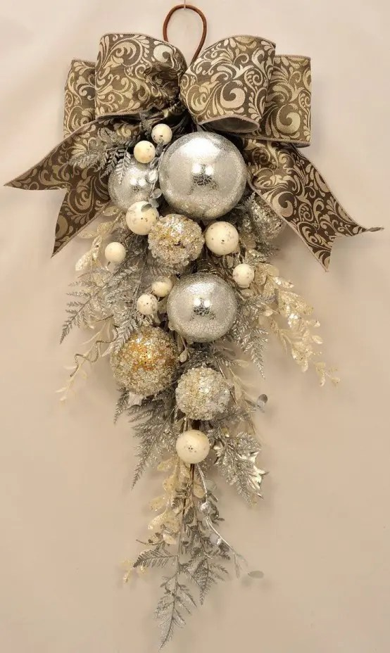 Best 31 Sparkling Gold Christmas Décor Ideas Digsdigs This Month