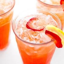 Easy Strawberry Lemonade Recipe   shewearsmanyhats.com