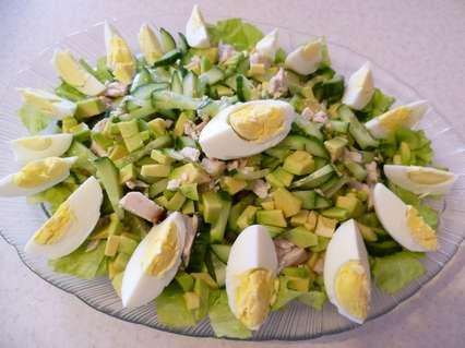 私たちは卵からのサラダの装飾に進みます。 3つの卵を沸かしなさい。各卵はシェルから洗浄されます。卵を切り取って卵黄を取り除きます。次に、卵白の上半分は写真のように4つの部分に切断されます。各卵は私たちの「カモミール」のために8の花びらを得るでしょう。