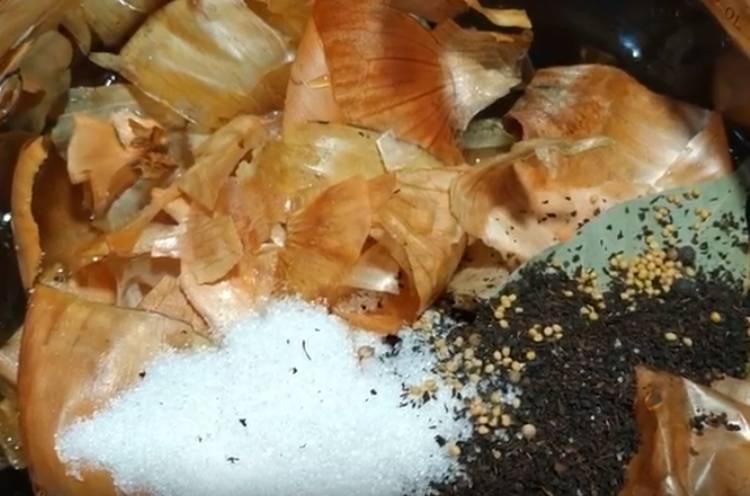 Скумбрия пияз қабығындағы бөтелкеде тұздады