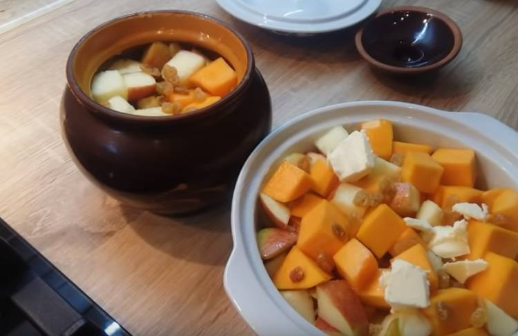 Kürbisstücke mit Äpfeln im Ofen