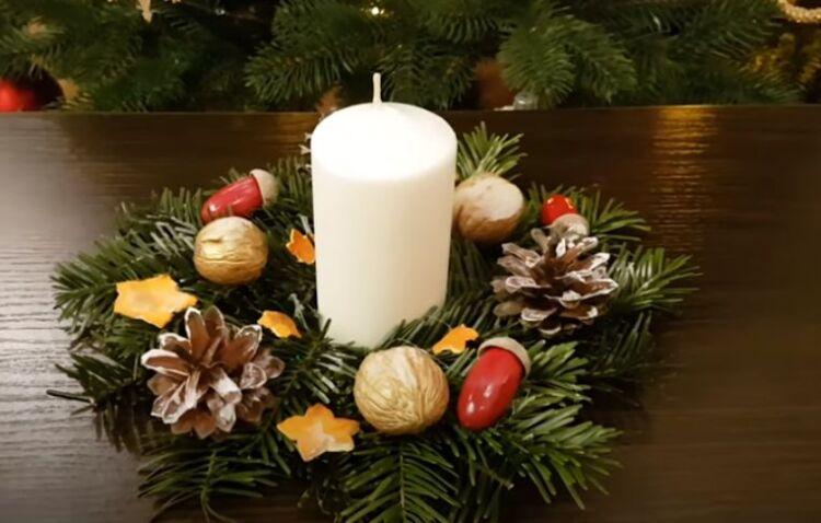 Produzione di corona per il nuovo anno su un tavolo con una candela