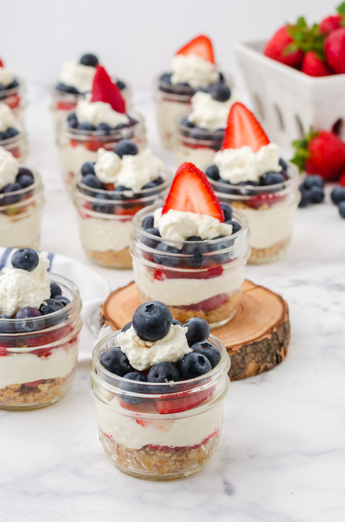 finished no bake mini cheesecakes in jars-showing layers