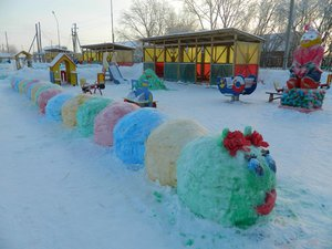 从雪地创造美丽的水槽