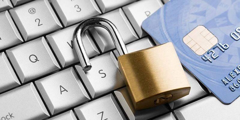 在计算机键盘上的城堡和信用卡