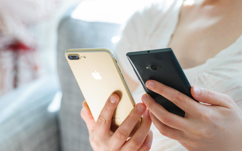 Android atau iOS.