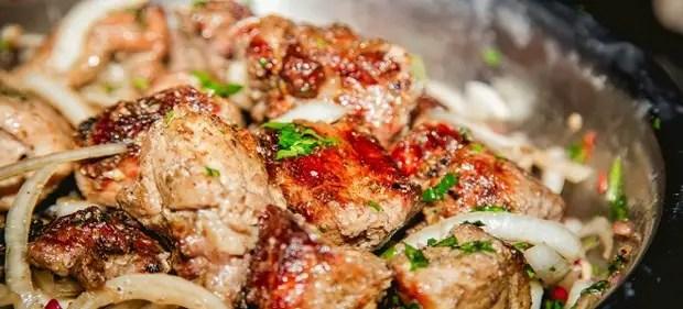 Shashlaik dans le porc du four dans la manche