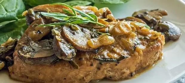 Porc avec des champignons dans la manche du four