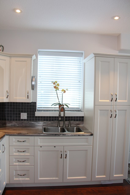 Antique White Pvc Shaker Style Kitchen Campbell River