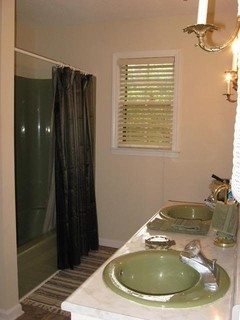 What Color Walls For This Avocado Bathroom