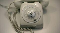 Wacht tot de telefoon naar de toonmodus wordt geschakeld. Begin met het invoeren van de cijfers van het extensienummer, terwijl u korte signalen op verschillende frequenties hoort. Dit betekent dat u met succes bent overgeschakeld naar de toonset.