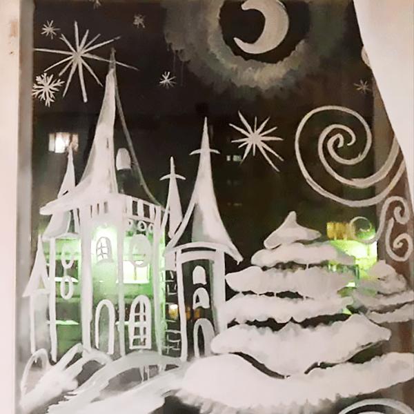 Жаңа жылға арналған терезедегі сироп және ұнтақ қант қосылған шырша