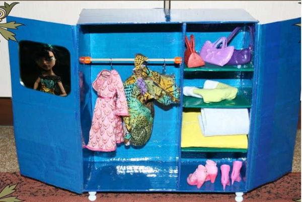 Az egyik lehetőség házi bútorok La Dolls - Ruhásszekrény