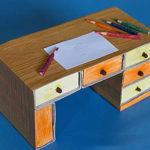 Bábíró íróasztal a kezeddel