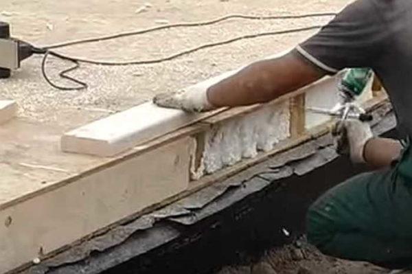 Sideafsnit af plader (alle overlapninger) lukkes af et skærebræt af en passende størrelse. På sidens overflade af pladen anvender vi et slange skum, så sæt brættet, jeg vedhæfter det gennem OSB ved selvtrækkende i enderne af brættet.