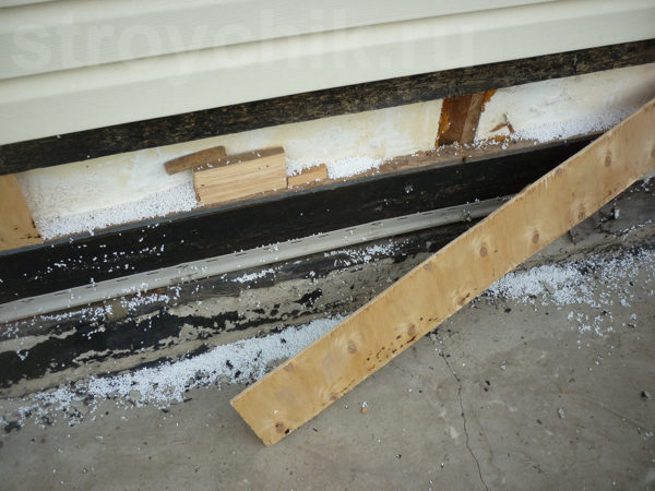 Når konstruktionen blev enderne af overlapningen ikke lukket med et bord. Etablerede stykker af krydsfiner, mellem hvilke der er lange afstande