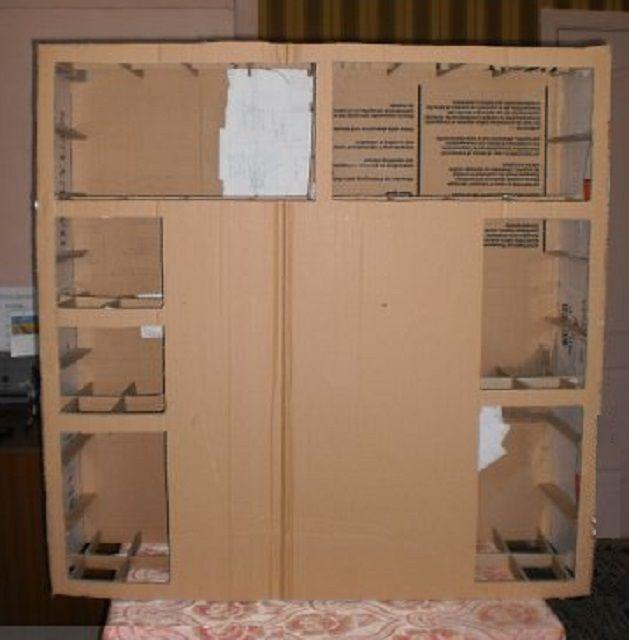Kilka okien dla półek jest cięty na tylnej powierzchni.