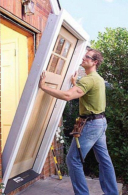 La puerta es mejor instalar el bloque, junto con la caja y el lienzo.