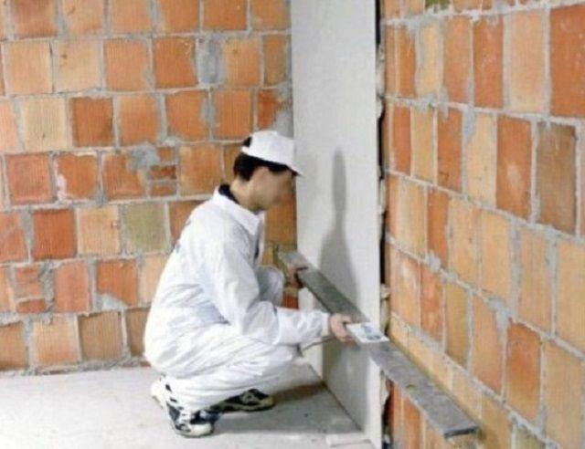 Réglage du réglage de la feuille de plâtre sur le mur