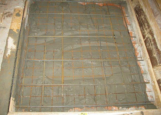 Det övre förstärkningsbandet kan helt enkelt utlöstas i den nybörjade betonglösningen.