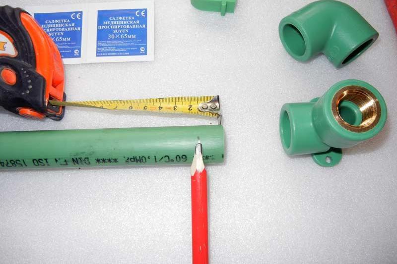 연필은 미래의 파이프 공급의 파이프의 길이를 표시했습니다.