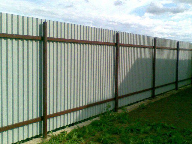 Vzdálenost mezi podpěrnými sloupy plotu by měla být ze dvou až tří metrů