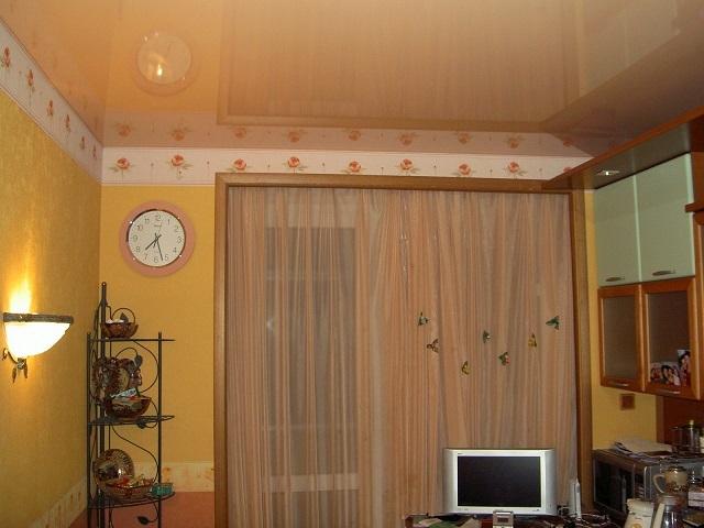 Глянцевый натяжной пленочный потолок