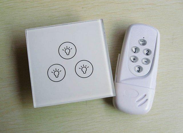 Uzaktan kumanda ile donatılmış üç düğmeli dokunmatik anahtarı