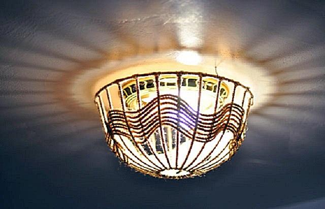 램프 그늘은 천장의 형태로 천장에 고정되어 있습니다.