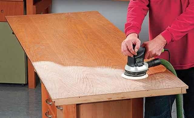 Очистка поверхности от лака шлифовальной машинкой.