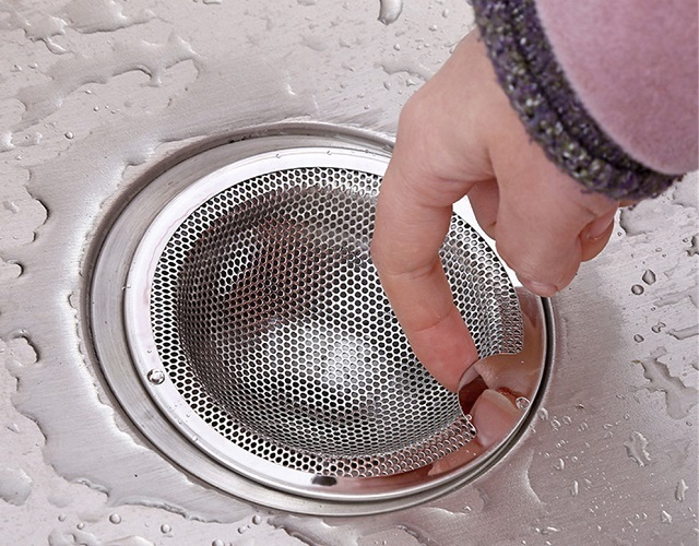 Сетка-фильтр для установки в сливное отверстие кухонной мойки. Это один их вариантов – вполне будет достаточно и самой простой и дешевой пластиковой.