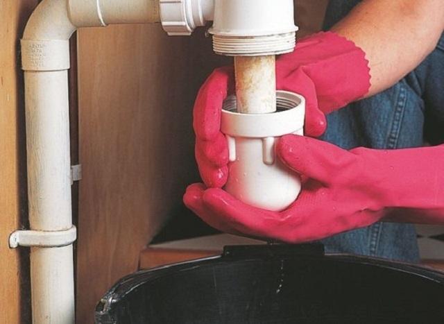 Siphon nên được tháo dỡ, làm sạch hoàn toàn bụi bẩn khỏi tích lũy trong đó, và sau đó rửa sạch.