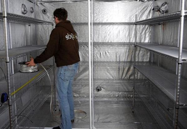 Esempio di un'attrezzatura da camera a fungo in un seminterrato o in garage