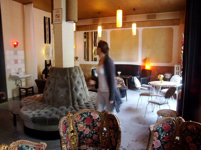 Berlin Highlights  Caf    s and Book Stores   Suites Culturelles Wohnzimmer  Lettestrasse 6  Helmholzplatz  U S Sch    nhauser Allee      open  from 9am until last man standing  Cozy caf     with vintage couches  arm  chairs