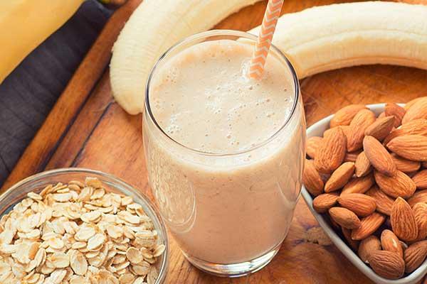 Koktel protein protein dengan kacang dan pisang