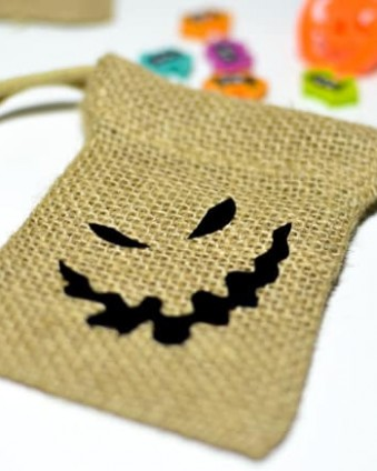 Create these Nightmare Before Christmas inspired party favor bags in less than 15 minutes with your Cricut Explore Air or Maker.