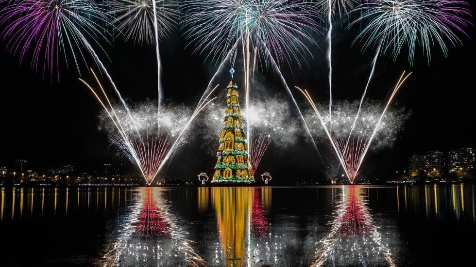 Nowy rok drzewo na tratwie w Rio