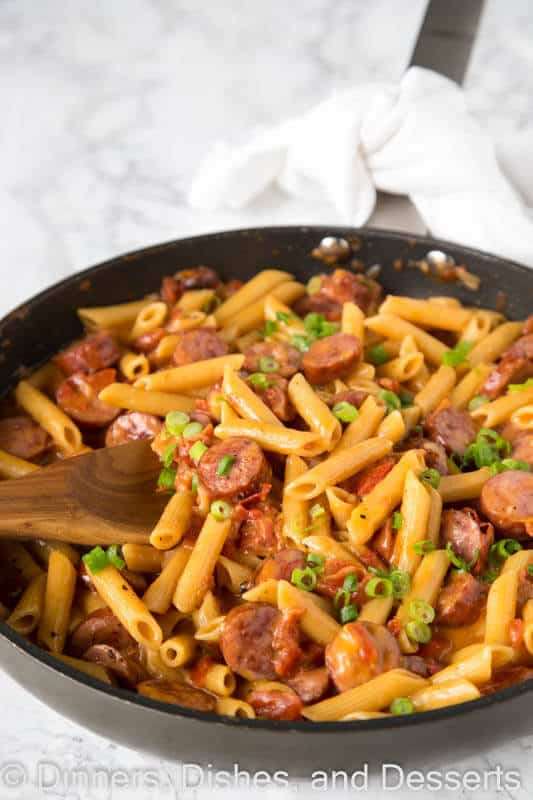 One Pan Cheesy Sausage Pasta – get dinner on the table with these easy pasta recipe. Just one pan, 20 minutes, and you are done!