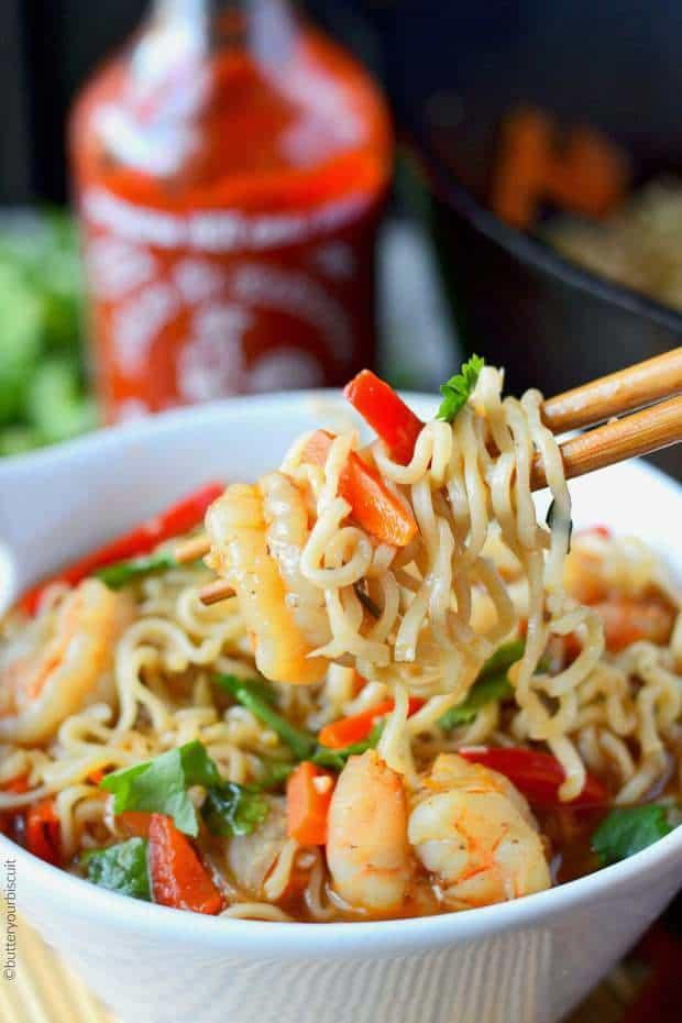 These Spicy Shrimp Ramen Bowls have tender shrimp, crisp veggies and spicy Sriracha!