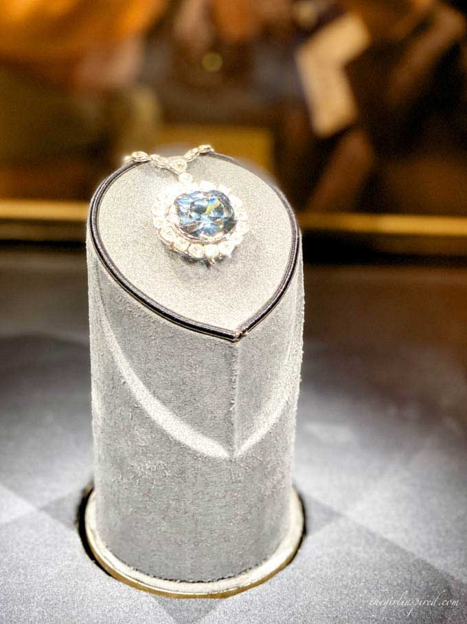 light blue Hope Diamond surrounded by clear diamonds in a museum display case