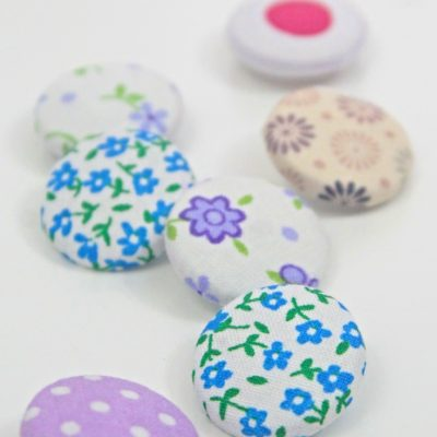 See how easy and fun to make are these fabric covered buttons