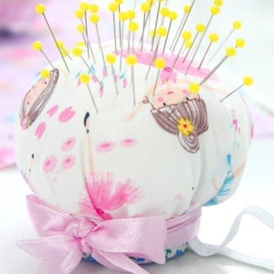 Incredibly cute and useful wrist pincushion you need to make today