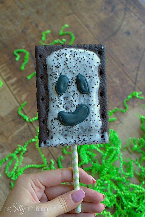 Pop Tart Ghost Pops, so easy, cute and perfect for Halloween breakfast!