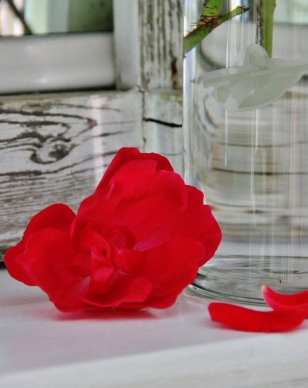 distressed-wood-roses